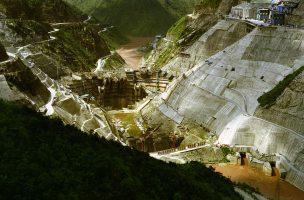 Huaneng Group, la plus grande société hydroélectrique chinoise, dirigée par le fils de l'ancien premier ministre Li Peng, a huit barrages en projet sur le fleuve. Aucune étude sur l'impact environnemental n'a été réalisée. Huaneng Group ne rend public ses plans que quelques mois avant de casser la montagne.