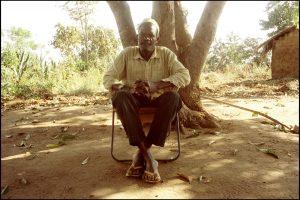 Peter Djabani Pias, Chef du village.  « Tous ces gens qui meurent, c'est devenu un problème aussi important que la pluie,  mais ça n'est pas le sida. C'est la tuberculose ou la malaria. »  « Non, ici il n'y a pas encore le sida ».