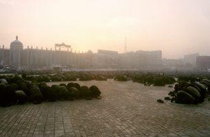Les Ouïgours, population locale musulmane, n'ont pas droit à une éducation religieuse avant 18 ans, et pratiquer est interditaux fonctionnaires.  Les attentats autonomistes de 1995 et 1999 ont légitimé la main de fer de Pékin ; les attentats du 11 septembre 2001 ont signé le coup d'arrêt à quelque revendication identitaire que ce soit.