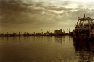 BP, Total, Chevron, ils sont tous là...  A trois heures au large de Luanda, à 3000 mètres de profondeur puis 5000 mètres sous le fond de la mer...   Au prix du baril, le pétrole angolais est enfin rentable...