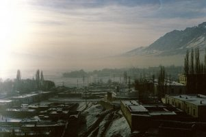 Tashkorgan, à la frontière avec l'Afghanistan et le Tadjikistan. Cette ville stratégique se réveille au son des cris des militaires chinois s'entraînant dans leur caserne.