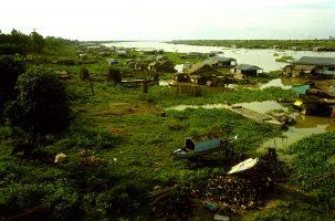 2 000 kilomètres plus loin sur le fleuve, au Cambodge, les eaux du Mekong ne sont plus en crue. 90 % des habitants du bassin du fleuve dépendent du Mekong pour nourrir la terre de leur champs, mais 35 % des limons nécessaire à la fertilisation seront retenus par le barrage. 70 % des proteines de l'alimentation cambodgienne proviennent du poisson.