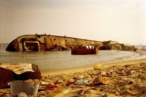 Les entreprises chinoises ont afflué avec leur lot de travailleurs  stockés à six par boîte dans les containers d'un cargo mouillant dans la baie de Luanda…  jusqu'à ce qu'il brûle.