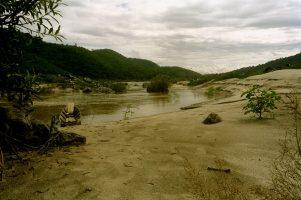 En Birmanie les fonds du fleuve ont été dynamité pour ouvrir la route aux cargos chinois. Sédiments bloqués, courants déréglés…l'écosystème ravagé ne permet plus les migrations et la ponte des poissons. Les réserves de pêche ont déjà décliné de moitié.