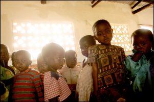 Les orphelins.  Ils sont 700 000. Leurs parents sont morts du sida.  Sans cellule familiale, ils n'ont pas accès à la terre, ni à l'éducation.  20 % ne vivent pas leur cinquième année.