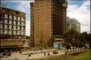 Huambo, dévastée par la guerre.  Routes, réseaux hydrauliques, hôpital... ici les chinois reconstruisent la ville.  Il y a 4 ans ils étaient 2000, aujourd'hui ils sont 60 à 70 000 dans le pays.
