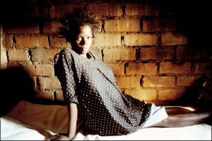Aïve, 20 ans. Elle est enceinte. Son enfant naîtra ici, chez l'accoucheuse traditionnelle.  Il n'y aura pas de test. Ils ne sauront pas s'ils sont séropositifs.  Plus d'une femme enceinte sur trois est porteuse du virus.
