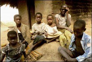Magada Belouka, grand-mère.  Elle avait cinq enfants. Trois sont morts du sida. Elle vit avec ses petits enfants.  Sans terre, aveugle, elle ne peut plus travailler. C'est Chesta, 13 ans, qui a la charge de la famille.  Domestique depuis qu'elle a huit ans, elle ramène 5 Euros par mois.  Ils n'ont pas l'argent nécessaire pour acheter des vêtements pour aller à l'école.