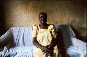 Nakabougo, grand-mère.  Elle élève 19 orphelins. Ses fils sont morts du sida.  Leurs épouses ont abandonnés leurs enfants.  Ainsi, personne ne saura qu'elles sont veuves et sûrement séropositives.