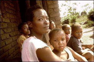 Suzen Chacuamba, 29 ans.  Ses parents sont morts. Son mari est mort.  Elle s'occupe de ses quatre frères et soeurs, et de son fils.  « J'aimerais me remarier, mais les hommes fuient quand ils voient les enfants… »