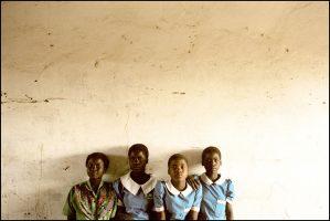 Des écolières.  Beta, Kessina, Fanetchitsa et Mathilda ont entre 13 et 16 ans.  Elles ont toutes eu leur premier rapport sexuel à 10 ou 11 ans. Sans protection.  Les jeunes filles sont à la merci des plus âgés, les vieux du village, leur professeur…