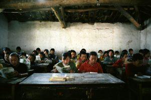 La plupart d'entre eux travailleront aux champs dès l'âge de 15 ans. En attendant, les 50 élèves de la classe récitent des discours de Mao Zedong et des odes au succès des Jeux olympiques.