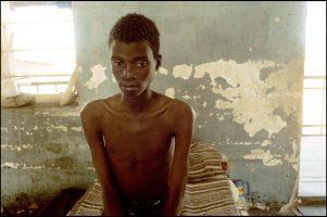 Kénicé, 23 ans.  Il est en prison. Il a le sida et aucun traitement.  Ici, ces 5 derniers mois, 35 personnes sont déjà mortes du sida.  40 à 50 % de la population carcérale est séropositive.  L'homosexualité est très forte en prison mais c'est un tabou. Il n'y a donc pas de prévention.
