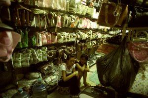 Le marché chinois de Vientiane croule déjà sous les copies.