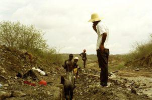"""""""Quand le sol est friable on utilise des machines, mais quand il y a trop de pierres, on utilise les Angolais""""   Les ouvriers angolais doivent creuser dix mètres de tranché par jour en moins de dix heures faute de quoi ils sont renvoyés. Ils gagnent un euro par jour."""