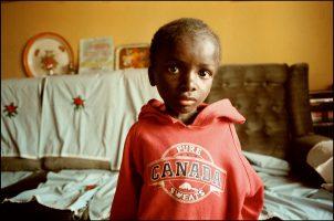 Amos Banda, 9 ans.  Il a le sida. Toute sa famille est morte.  Il a été recueilli par ses voisins. A l'école il était le premier de la classe…  mais il n'y va plus. Il n'a même plus la force de manger.