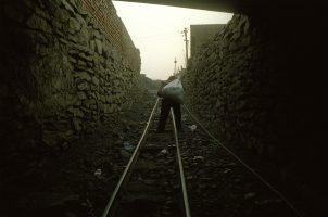 M. Wang a perdu une jambe à la mine. Sans indemnités, sans emploi, il vole le charbon sur les terrils de la mine d'État. Avec son père et sa femme, ils en remontent une centaine de kilos par jour, qu'ils revendent ensuite à leurs voisins. Ils gagnent quelques euros par mois.