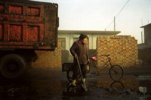 Linfen, coeur de transformation du charbon et des industries sidérurgiques, est l'une des dix villes les plus polluées du monde. Mme Qi a 60 ans. Elle est au chômage.  Elle ramasse les restes de charbon, d'hydrocarbures et autres produits toxiques laissés par les camions à l'entrée de l'usine sidérurgique. Elle les brûlera pour cuisiner. Elle dit que « Non, ici, il n'y a pas de pollution ».
