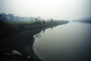 Un vieil homme : « Avant, il y avait de très bons crabes et on avait l'habitude de se baigner. Mais maintenant, c'est fini, la rivière est polluée. Avant, le ciel était bleu et les eaux étaient pures... Mais où que j'aille désormais, les eaux sont devenues noires. »Les taux d'arsenic et de plomb dans l'eau sont dix à quinze fois plus élevés que la limite dangereuse pour l'humain.