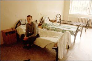 Andreï, 20 ans.  Il a été toxicomane pendant cinq ans. Il est séropositif.  Le service des maladies infectieuses de l'hôpital Botkin de St Petersbourg n'a pas de médicament, pas de trithérapie.  Mais c'est un refuge pour lui. Faute de traitement, ils ne sont que quatre dans ce service.