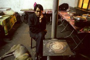 Wu, 35 ans, mineur de Qijiagou. Un accident a fait douze morts le mois dernier. Il en a réchappé. « J'ai peur. Je ne veux plus descendre. Ici, la corruption règne. La vie humaine n'a aucune valeur, seul le profit compte. ».  Après l'accident, les propriétaires ont fui. Il n'a pas d'argent pour rentrer au Sichuan et retrouver sa femme et son fils.