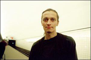 Sergueï, 27 ans.  Il est séropositif. Il a été dépisté dans les dix premiers à St Petersbourg, en 1996.  Il a arrêté l'héroïne, «pour ne pas mourir tout de suite». Sa pension de l'Etat est de dix dollars par mois.  Alors, il n'a pas de traitement et il vit dans le métro.