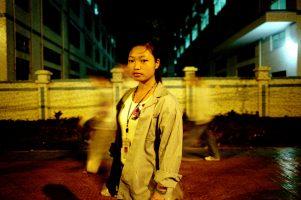 Xiaxia, 20 ans, assemble des poupées Barbie dans l'usine de jouets Jingyu. Elle travaille 12 heures par jour, 7 jours sur 7. Les bons mois, elle parvient à envoyer 15 euros à sa famille... Lorsque ses heures supplémentaires ne lui sont pas retenues, elle gagne 30 euros par mois.