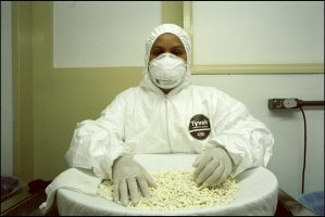 Marcella, 39 ans.  Elle travaille à l'usine. Elle fabrique de l'AZT.  Le Brésil fabrique et distribue gratuitement à sa population des médicaments génériques en traitement contre le sida.