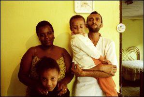 Andreia et Marcos, 27 et 36 ans.  Ils sont séropositifs. Ils se sont rencontrés au centre de distribution de trithérapies.  Ils se sont mariés il y a un an. « Parfois on se dispute, et je vois combien elle est forte… on est à nouveau dans la vie maintenant. »