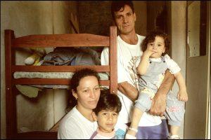 Josefa, 32 ans.  Son premier mari et leur fille sont morts du sida, il y a huit ans.  Elle s'est remariée. Luis est séropositif aussi. Ils ont décidé d'avoir quand même des enfants.  Luis-Filip et Kevin ne sont pas séropositifs.