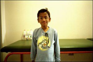 Adriano, 10 ans. Il y a trois semaines il était encore à l'hôpital, aujourd'hui il va bien.  « J'ai une amoureuse : c'est Gabriella. C'est elle qui me l'a dit ».