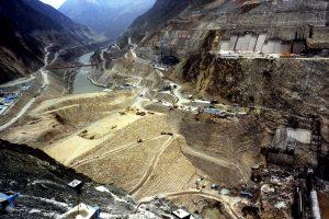 « Faire solide, faire nouveau, faire grand, faire fort. » Alors que la province du Sichuan est en surproduction électrique, que le gouvernement central pousse ses provinces à réfréner les projets de barrages, le groupe Guodian et les pouvoirs locaux corrompus de Hanyuan ont pour projet de réaliser 23 ouvrages hydroélectriques sur la rivière.