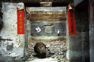 Quelques jours après la fête du Nouvel An, la famille Li a reçu l'ordre de partir. Faute d'indemnisations, ils n'ont pas eu les moyens de construire une nouvelle maison. Les deux tiers des déplacés des barragesen Chine sont en voie de paupérisation.