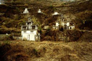 Mme Ming est née ici. Elle a reçu l'ordre de partir. La tombe de son mari sera engloutie avec leurs ancêtres. L'expert en feng-shui est venu pour aider les villageois à vider les caveaux et à organiser de nouvelles funérailles, mais seuls les plus riches d'entre eux pourront payer ces «déménagements ».