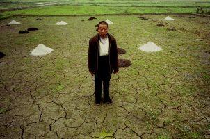 « Si ça continue, on va mourir de faim... »  M. Feng, ancien chef du village, ne sait pas comment il va rattraper cette année sans récolte. Les terres promises sont les plus mauvaises de la commune. Sans système d'irrigation, sans indemnisation, il a dû emprunter pour acheter de l'engrais. En attendant, il n'a plus rien.