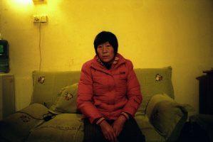 « Ils ont brisé mon mari parce qu'il soutenait les paysans et les ouvriers de son unité de travail. Il était le porte-parole des grévistes du marché de Hanyuan. Il a été condamné à trois ans et demi de travaux forcés. Condamné à fabriquer des chaussures en plastique. Au cours de ces travaux, il a perdu l'usage d'un bras dans un accident de machine, mais on l'a forcé à reprendre le travail. » Mme Liu ne sait pas où elle sera relogée ; elle n'aura le choix ni de la maison, ni de l'endroit, ni de la terre.