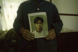 « Ton fils était si mauvais qu'on a vendu ses organes. »C'est avec ces paroles que Chen Yongzhong a appris la mort de son fils, lorsque la police locale est venue lui présenter la facture de 5 euros, le prix de la balle ayant servi à le mettre à mort.Chen Tao a été exécuté le 1er décembre 2006, condamné à mort pour sa participation aux émeutes de Hanyuan. Sa famille et son avocat n'ont été prévenus ni de sa condamnation ni de son exécution.