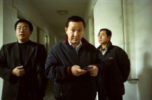 Huo Junwei, vice-gouverneur de Xiditou et responsable du développement des entreprises. Passages à tabac, réquisition de terres, pressions financières et administratives, corruption en tout genre, faux rapports d'expert...  Ses milices garantissent le silence des familles de Xiditou.