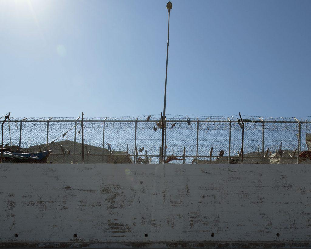 Le 20 mars 2016, la Turquie et l'Union européenne ont convenu d'un plan pour réduire l'arrivée de réfugiés et de migrants vers l'Europe. Tous les «nouveaux migrants irréguliers» arrivant de Turquie en Grèce seront renvoyés en Turquie que l'Europe considère comme «pays tiers sûr». Un «pays tiers sûr» dont les autorités rassemblent et expulsent vers la Syrie, par centaines, des enfants, des femmes et des hommes syriens. Ceux qui tentent de passer illégalement la frontière pour fuir la Syrie se font tirer dessus par l'armée turque. Le 20 mars 2016, les «hotspots», centres d'accueil des îles grecques se sont transformés en centres de rétention. Enfermant dans des prisons à ciel ouvert surpeuplées, des hommes, des femmes et des enfants, des semaines durant. On entendait crier à travers les grillages: «Guantanamo! Guantanamo! Au secours! On est devenus des cadavres!». Depuis, les exilés n'ont plus eu d'autre choix que de faire leur demande d'asile en Grèce. Si le camp est désormais ouvert, ils n'ont pas le droit de quitter l'île. Des milliers de personnes traumatisées par leur récent exil maintenues dans un camp dans l'attente interminable du traitement de leur dossier. Dans le camp, les tentes mixtes, l'insalubrité, la violence, la précarité des femmes seules ou des enfants isolés, la peur… s'ajoutaient aux traumatismes de la guerre et à l'angoisse de ne pas savoir ce qui allait se passer… «Ma maman me manque, ma maman me manque!». C'est avec ces mots que Saïd, un jeune homme de 22 ans s'est réveillé à l'hôpital après sa tentative de suicide dans le camp de Moria. D'autres ont fait le choix de s'échapper et de reprendre les routes de l'exil, s'en remettant à nouveau aux passeurs.