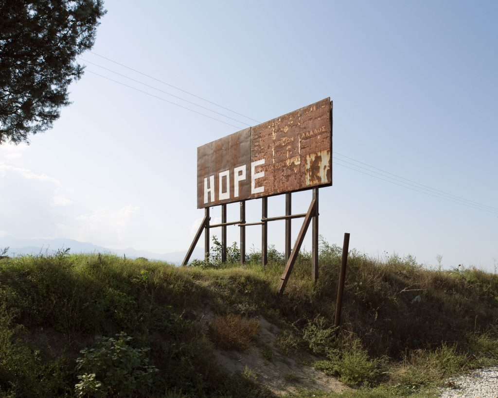 «Pourquoi ne nous laissent-ils pas partir? Ils veulent qu'on meure ici?» Un Syrien de 70 ans, originaire d'Alep. En janvier 2016, au nord de la Grèce, la frontière avec la Macédoine s'est refermée. Condamnant la «route des Balkans», et laissant 46000 enfants, femmes et hommes bloqués au milieu de l'hiver dans des conditions sanitaires déplorables, dans la pluie et dans le froid. «Idomeni n'est plus qu'un cul de sac synonyme de désespoir et de misère où végètent des milliers de familles. Je les ai vus jour après jour se transformer, perdre la raison, être avalés par ce camp inhumain. Ils manquaient de tout, ils vivaient au milieu des ordures et des excréments. Ils devenaient parfois agressifs pour un peu de nourriture, un sac de vêtements ou quelques morceaux de bois. Leurs journées se résumaient à satisfaire les besoins primaires (boire, manger et se chauffer) et à attendre. Mais attendre quoi?!» Un volontaire à Idomeni