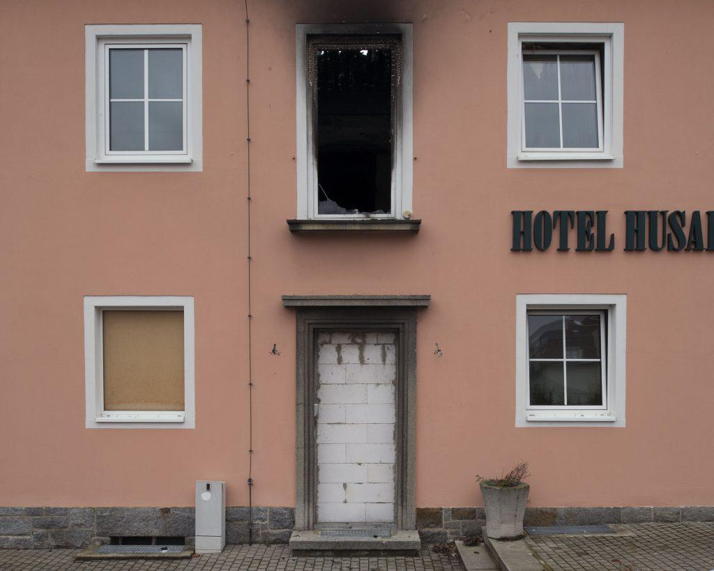 En 2015, plus d'un million de réfugiés sont arrivés en Allemagne, grâce à la politique d'ouverture de la chancelière Angela Merkel. Mais face à cette politique d'accueil, les mouvements d'extrême droite ne décolèrent pas. Cocktails Molotov, graffitis, insultes, agressions, voiles arrachés, têtes de porcs tranchées abandonnées devant des mosquées, les attaques contre les réfugiés se sont multipliées. Au total près d'un millier d'incidents ont été enregistrés. À Bautzen, près de Dresde, un hôtel destiné à l'accueil des réfugiés a pris feu sous les applaudissements de la foule. Quelques jours auparavant un bus avait été pris à partie par des manifestants d'extrême droite, terrorisant hommes, femmes et enfants à leur arrivée dans leur village d'accueil.