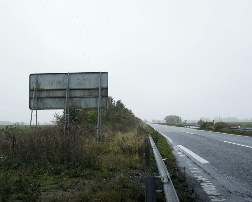 Le gouvernement danois fait tout pour dissuader les exilés de se tourner vers le Danemark. En 2015, face à l'arrivée de nombreuses personnes cherchant à rejoindre la Suède, le gouvernement a fait fermer l'autoroute reliant l'Allemagne à la Suède, formant ainsi un corridor de 190 kilomètres par lequel ils pourraient rejoindre la frontière suédoise à pieds. Plus de 300 Danois ayant fait preuve de solidarité en accompagnant en voiture, en bateau ou en payant un billet de train à des familles de réfugiés ont été poursuivis par les autorités. Les condamnations pouvaient aller jusqu'à 3 000 euros d'amende. En janvier 2016, le parlement danois a adopté une série de lois compliquant l'accueil des réfugiés, repoussant à trois années d'attente la possibilité de prétendre à un regroupement familial ou encore imposant aux forces de l'ordre de confisquer les biens, argent liquide et bijoux aux réfugiés arrivant au Danemark.