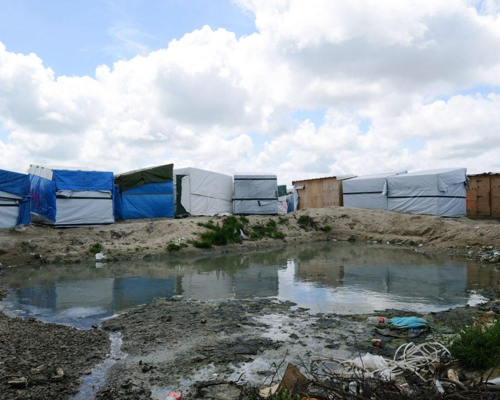 «Calais, le cimetière des espoirs et des rêves. Là-bas, beaucoup de gens perdent complètement pied.» Hassan, éxilé Syrien. En face de l'Angleterre, jusqu'à 10 000 personnes se sont entassées dans les plus grands bidonvilles d'Europe. Abandonnées depuis des années dans la boue et le froid, à la merci des passeurs et des mafieux, rois dans la Jungle. Ils se servent des mineurs isolés pour faire les courses, les corvées d'eau, la queue à la douche. Ils s'en servent pour ouvrir les camions, racketter les familles, surveiller les aires de stationnement, bloquer à certains l'accès aux distributions de nourriture. Tout, même les promesses de passage, se paie comptant ou en échange de services sexuels. Jamais les prix n'ont été aussi élevés pour traverser la Manche: entre 5 000 et 7 000 euros par personne. Senait est arrivée toute seule à 14 ans. Comme une vingtaine de jeunes femmes, pour survivre, à Calais, elle devait se prostituer dans la Jungle. Survivre. À 5 euros la passe. «Toutes les filles reçoivent des propositions pour se prostituer. Les plus faibles acceptent mais si tu refuses on ne t'oblige pas. Sauf si tu dois de l'argent.» En 2015, 90 000 enfants non accompagnés ont demandé l'asile en Europe. En octobre 2016, la Jungle a enfin été démantelée et plus de 5 000 personnes ont été «mises à l'abri». Face au retour de réfugiés, dont de nombreux mineurs, Natacha Bouchart, maire de Calais a pris un arrêté interdisant la distribution de nourriture aux réfugiés.