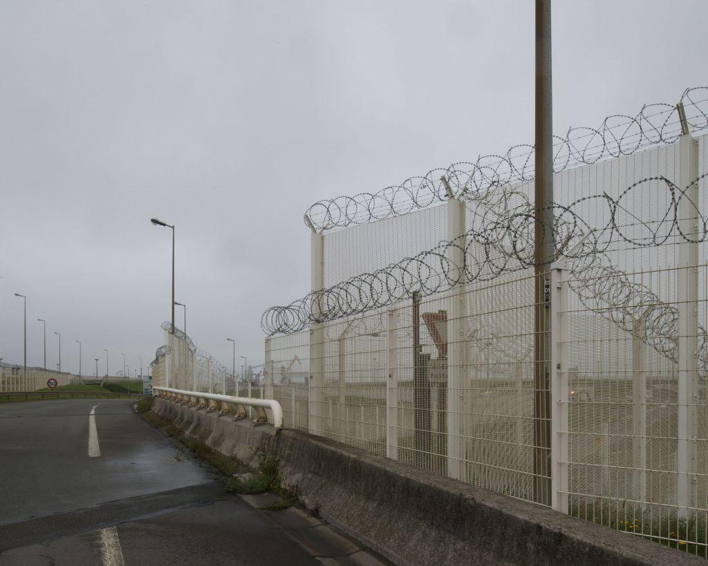 La zone portuaire de Calais est désormais constituée d'un «corridor sécurisé» qui s'étend sur près de trois kilomètres. Une double clôture, l'une de quatre mètres de haut et l'autre de plus de deux mètres, surmontées de barbelés et d'un système de détection infrarouge. 1300 policiers, CRS et gendarmes ont été déployés, pour une ville de 75000 habitants. Calais est devenue la ville de France où le ratio de policiers par habitant est le plus élevé. «Deux policiers sont entrés dans le camion où j'étais caché. Le premier a utilisé son spray lacrymogène. Le second a frappé avec sa matraque. Un par un, frappés pendant une minute, y compris les femmes. Ils frappent à l'intérieur des camions pour ne pas être filmés», témoigne Amar un Soudanais de 26 ans. Traumatismes crâniens, fractures de la mâchoire et des mains, passages à tabac, lésions oculaires dues au gaz lacrymogène, morsures de chiens, hématomes sur le corps suite à des tirs de flashballs. Les rapports médicaux accablent la police française. Les mieux informés empilent sur eux plusieurs manteaux épais pour atténuer les coups. Les parents stupéfaits, soignent comme ils peuvent leurs enfants blessés par la police. En deux mois, Médecins sans frontière a signé 90 certificats médicaux de violences policières. Bien que des vidéos permettent parfois d'identifier les gardiens de la paix responsables de ces actes, aucune plainte n'a abouti à une condamnation. 90% des exilés déclarent avoir subi des violences le long de leur parcours.